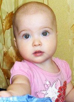 Лена Никифорова, 1 год, правосторонняя тугоухость 3 степени, заращение слухового прохода, требуется слуховой аппарат костной проводимости. 477400 руб.