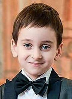 Артем Гардян, 6 лет, двусторонняя тугоухость 2–3 степени, требуются слуховые аппараты. 249116 руб.