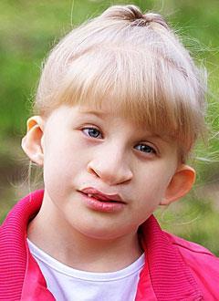 Ксюша Краковская, 7 лет, двусторонняя тугоухость 3-й степени, требуются слуховые аппараты. 219062 руб.