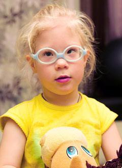 Маша Болбенкова, 3 года, миопия высокой степени, сходящееся косоглазие, требуется операция. 113925 руб.
