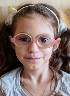 Ариша Клопова, 7 лет, врожденная патология органов зрения, амблиопия (ослабление зрительной функции тяжелой степени), требуется видеоувеличитель. 79950 руб.