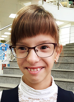 Соня Высочина, 10 лет, двусторонняя тугоухость 2–3-й степени, требуются слуховые аппараты. 315399 руб.