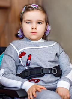 Оля Нейжмак, 5 лет, спинальная мышечная атрофия 2-го типа, кифосколиоз грудного отдела, требуется вертикализатор. 356965 руб.