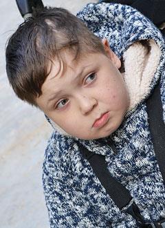 Женя Югин, 13 лет, последствия острого нарушения мозгового кровообращения, эпилепсия, спастическая тетраплегия (частичный паралич), требуются ходунки. 216566 руб.