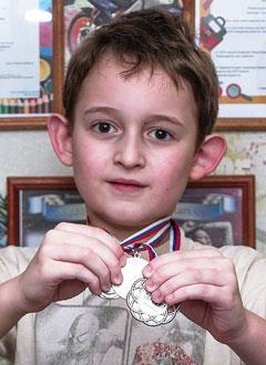 Артем Степанов, 7 лет, муковисцидоз, смешанная форма, тяжелое течение, требуется лечебное питание на год и лекарство на полгода. 275700 руб.